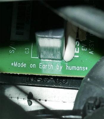 Dòng chữ Sản xuất bởi con người trên Trái Đất trên bảng điều khiển xe. Ảnh: Instagram.