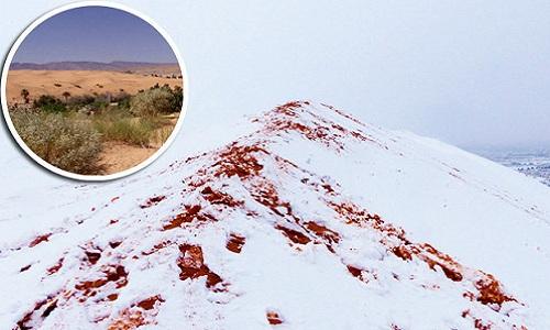 Tuyết nhuốm màu đỏ của cát bao phủ khắp sa mạc Sahara. Ảnh: Daily Star.