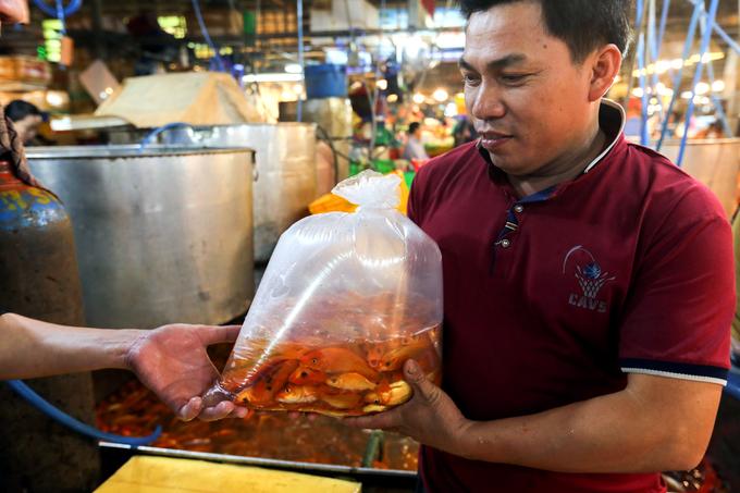 Nhộn nhịp mua cá chép lúc nửa đêm ở chợ lớn nhất Sài Gòn