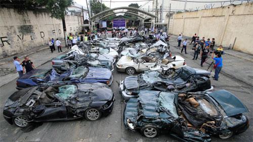 Một số chiếc xe sang có giá trị lên đến 115.000 USD bỗng trở thành đống kim loại phế liệu trong vài phút.