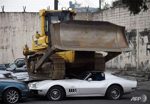 Lô xe sang nhập lậu trị giá 1,2 triệu USD bị tiêu hủy - 1