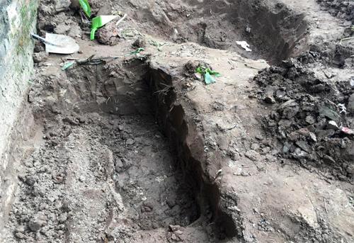 Nạn nhân bị chôn ở góc vườn, cách nhau khoảng một mét, trong tình trạng đã phân hủy.