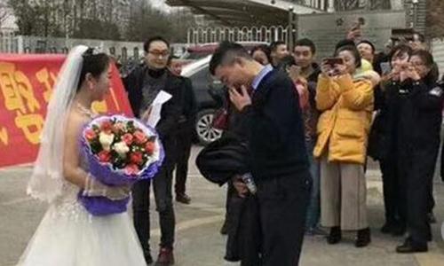Cô giáo Yuan Mingyu đọc lời cầu hôn với bạn trai Zhao Wanping. Ảnh: Sina.com.cn.