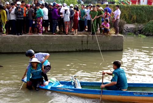 Gần một giờ sau, ông Trung được đưa lên bờ, chuyển đi cấp cứu. Ảnh: Nguyễn Huy.