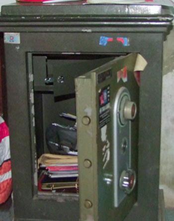 Chiếc két sắt của hàng xóm bị Việt thuê thợ phá khóa để trộm tiền. Ảnh: Đ.H