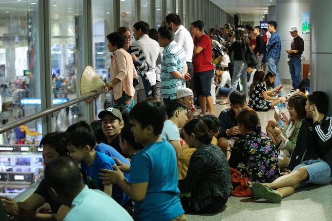 Vạ vật giữa đêm ở sân bay Tân Sơn Nhất đón Việt kiều về ăn Tết
