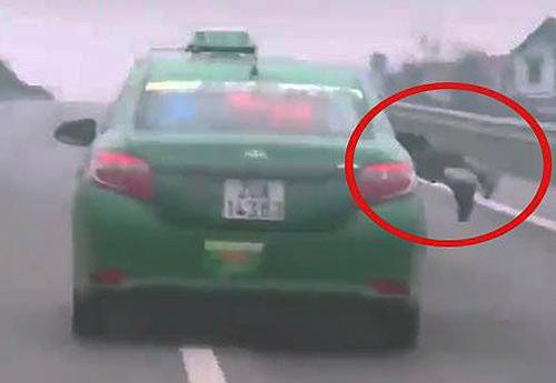 Taxi lao nhanh trên cao tốc Hà Nội - Thái Nguyên. Ảnh cắt từ video.