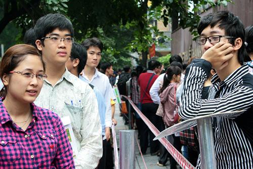 Thí sinh xếp hàng thi vào ngành thuế Hà Nội năm 2014. Ảnh: Bá Đô.
