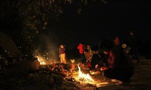 Người dân Huế tiễn ông Táo về chầu trời lúc nửa đêm