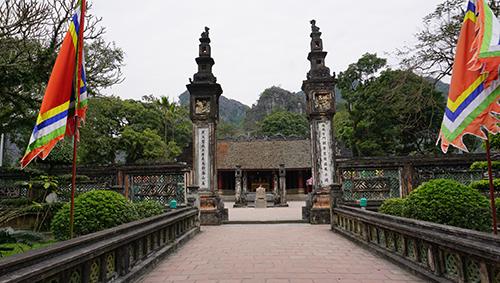 Đền thờ vua Đinh Tiên Hoàng là nơi lưu giữ nhiều cổ vật quý, thu hút du khách đến thăm quan. Ảnh: Lê Hoàng.