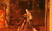 Cảnh sát Hà Nội dùng xe thang dập đám cháy trong căn nhà 5 tầng