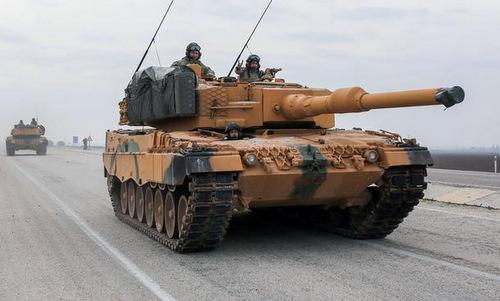 Xe tăng Leopard 2A4 tiến tới biên giới Syria. Ảnh: Twitter.