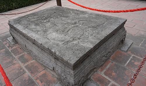Long sàng cổ trước nghi môn ngoại đền thờ Đinh Tiên Hoàng. Ảnh: Lê Hoàng.