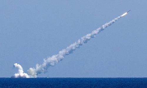 Tàu ngầm Nga phóng tên lửa hành trình vào phiến quân ở Syria. Ảnh: Tass.