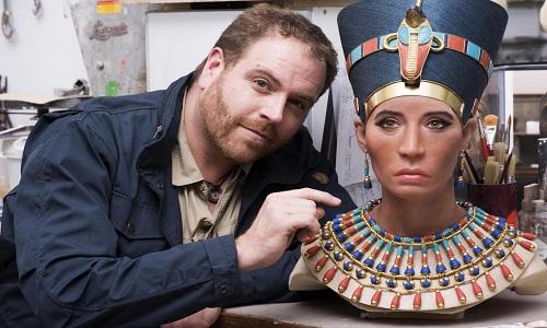 Họa sĩ Daynes bên chân dung phục dựng từ xác ướp Quý bà trẻ của Nữ hoàng Nefertiti. Ảnh: Newsweek.