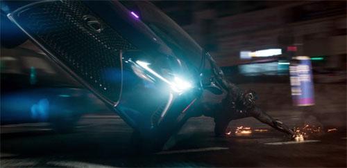 Một cảnh rượt đuổi trong phim Black Panther với sự song hành của một mẫu xe thể thao bên cạnh nhân vật chính. Ảnh từ video.