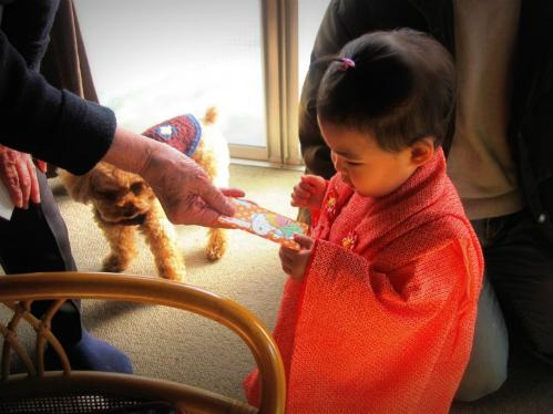 Trẻ nhận được nhiều bài học qua phong tục otoshidama. Ảnh: Giapponizzati