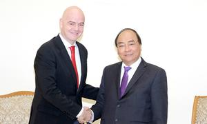 Thủ tướng chia sẻ 'hiệu ứng U23' với Chủ tịch FIFA