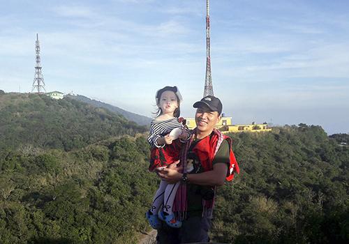 Cuối tuần, anh Tuấn lại cùng vợ và con gái lên Sơn Trà. Nhiều gia đình cùng tham gia với Tuấn để giáo dục tình yêu thiên nhiên cho con trẻ. Ảnh: Thanh Thảo.