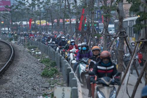 Nhiều tuyến phố Thủ đô tê liệt vì ùn tắc, xe buýt bỏ chuyến
