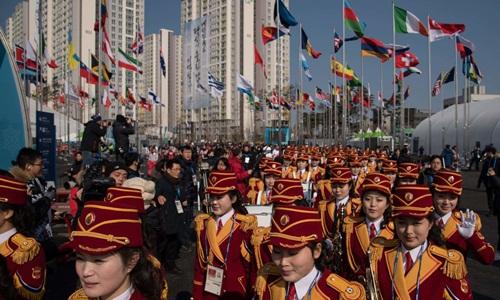 Đoàn cổ động viên Triều Tiên tới Hàn Quốc hôm 8/2. Ảnh: AFP.