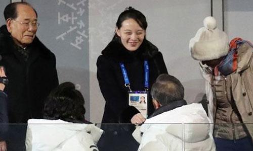 Cô Kim Yo-jong bắt tay ông Moon Jae-in. Ảnh: Reuters.