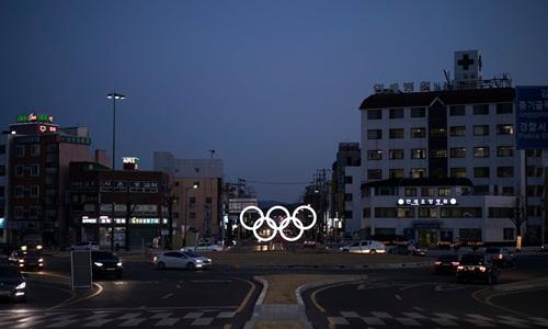 5 vòng tròn biểu tượng Olympic được thắp sáng tại thành phố Gangneung, Hàn Quốc. Ảnh: AP.