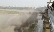 Người Hà Nội đổ tro xuống sông Hồng tiễn ông Táo