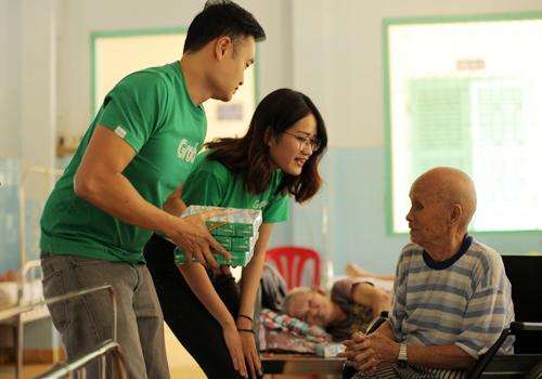 Với những bệnh nhân cao tuổi, có người đến thăm và quan tâm là món quà ý nghĩa nhất mà họ nhận được.