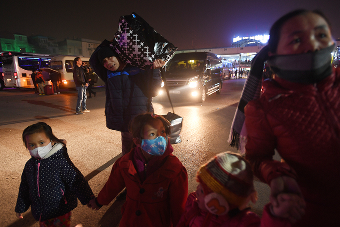 Người dân xếp hàng nhiều giờ ở bến xe để về quê trong đêm