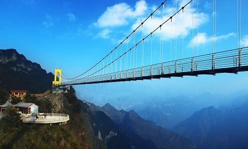 Cầu treo đáy kính trên núi Batai, Trung Quốc, được cho là cao nhất thế giới. Ảnh: Xinhua.