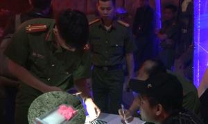 Dân chơi vứt ma túy khi cảnh sát kiểm tra hai quán bar ở TP HCM