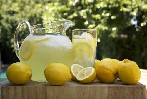 Để tránh hiểu nhầm khi gọi đồ uống, bạn cần học cách phân biệt lemon juice và lemonade. Ảnh: The Spruce