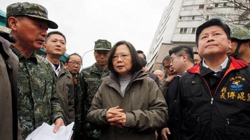 Bà Thái Anh Văn (giữa) tới động viên đội cứu hộ ở hiện trường. Ảnh: AFP.