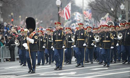 Quân nhạc Mỹ diễu hành dọc đại lộPennsylvania Avenue trong lễ nhậm chức của Tổng thống Donald Trump vào ngày 20/1/2017. Ảnh: Quân đội Mỹ.