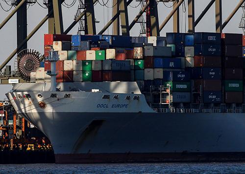 Chuyến tàu của OOCL châu Âu cập bến Newark ở New Jersey, Mỹ vào tháng 11/2017. Ảnh: Reuters.