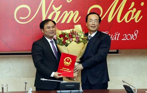 Bộ trưởng Phạm Hồng Hà (phải) trao quyết định bổ nhiệm của Thủ tướng cho ông Nguyễn Văn Sinh. Ảnh: VGP