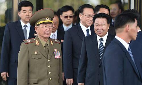 Ông Hwang Pyong-so, người mặc quân phục. Ảnh: AFP.