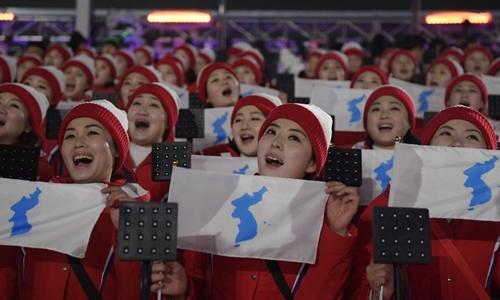 Đội cổ vũ Triều Tiên giơ lá cờ có hình bán đảo Triều Tiênn thống nhất trong lễ khai mạc Olympic tại Hàn Quốc. Ảnh: AFP.