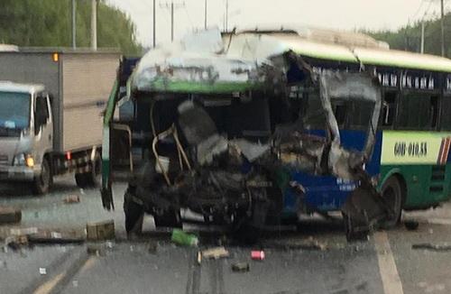Đầu xe buýt bẹp rùm sau vụ tai nạn. Ảnh: Thái Hà