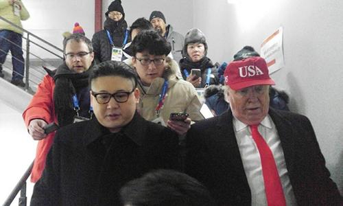 Hai người bị đưa khỏi sân vận động. Ảnh: Reuters.