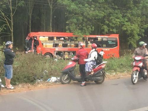 Xe khách Phương Trang lao vào rừng cao su. Ảnh: Thái Hà