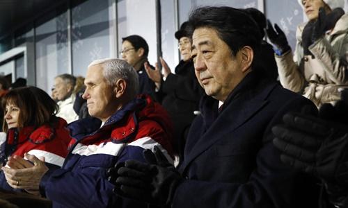 Phó tổng thống Mỹ Mike Pence ngồi cạnh Thủ tướng Nhật Bản Shinzo Abe tại buổi lễ khai mạc Olympic Mùa đông 2018 ở PyeongChang, Hàn Quốc. Ảnh: AP.