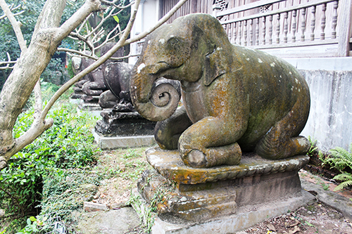 Các linh thú có tư thế quỳ chầu trước cửa Tam Bảo.