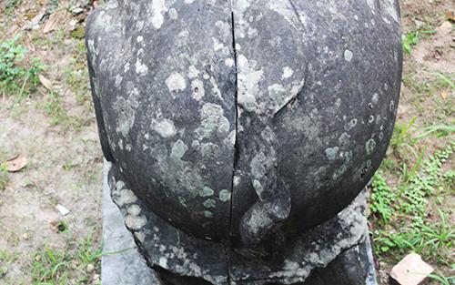 Riêng tượng trâu bên trái Tam Bảo được ghép bằng 2 khối đá.