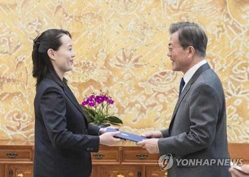Tổng thống Hàn Quốc Moon Jae-in nhận thư của lãnh đạo Triều Tiên Kim Jong-un được gửi qua em gái Kim Yo-jong. Ảnh: Yonhap.