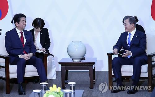 Thủ tướng Nhật gặp Tổng thống Hàn Quốc. Ảnh: Yonhap.