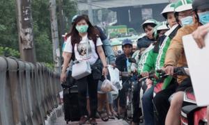 Hành khách vác hành lý chạy bộ vào bến xe Miền Đông vì tắc đường