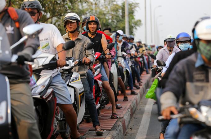 Đường vào bến xe ở TP HCM kẹt cứng vì người dân về quê ăn Tết