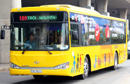 Hai tuyến buýt có lộ trình ra vào sân bay Tân Sơn Nhất sẽ phục vụ hành khách miễn phí. Ảnh: Hữu Công